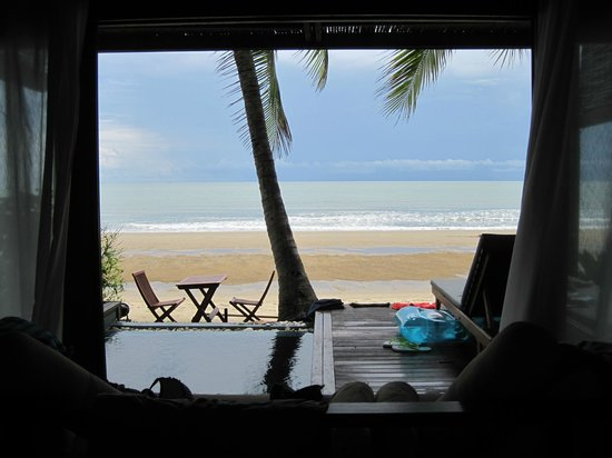 Aleenta Resort Pranburi: View from the palmpool villa terrace to the beach (no, we did not photoshop away the people)