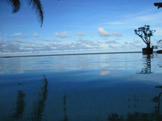 Aleenta Resort Pranburi: Bigger pool in the Frangipani wing - no borders between pool & sea & sky