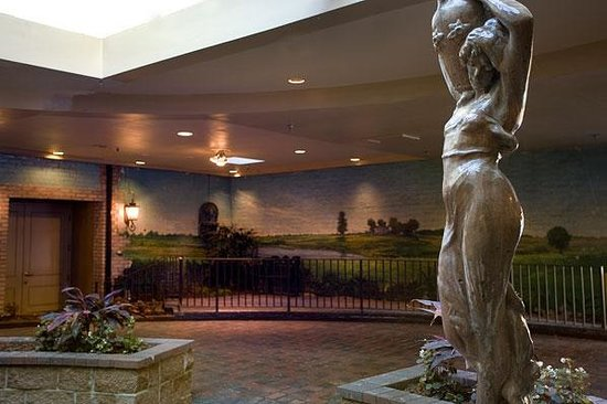 Maison St. Charles by Hotel RL: Statue driving into indoor courtyard