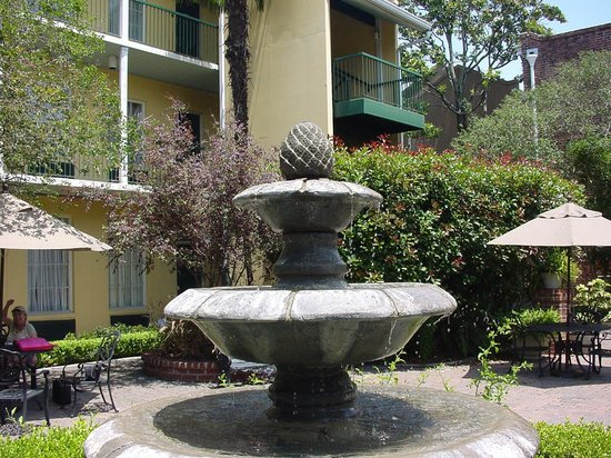 Maison St. Charles by Hotel RL: Fountain in Courtyard