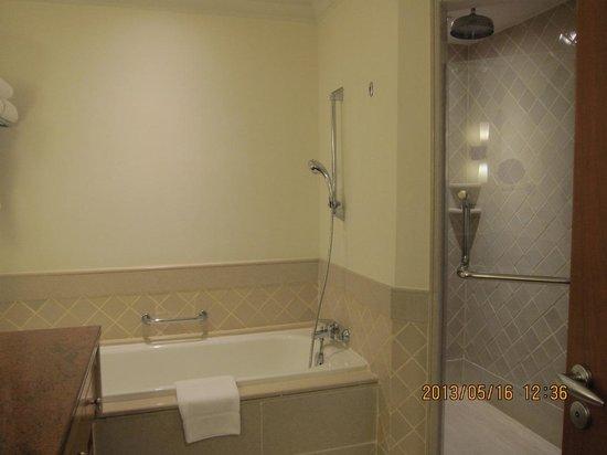 Mayfair, Bangkok - Marriott Executive Apartments: Bathroom in Master Room