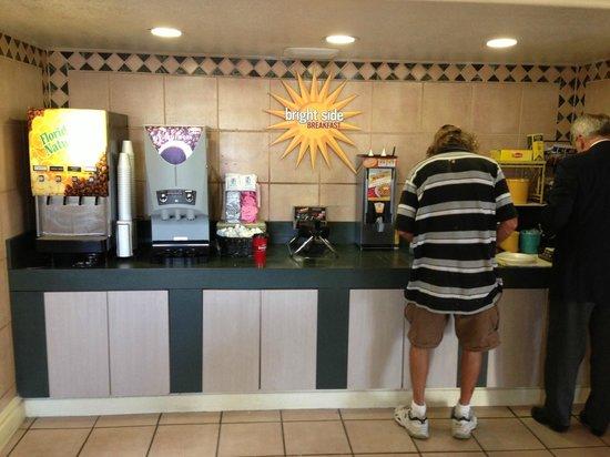 La Quinta Inn Austin Oltorf: Le petit déjeuner en self-service