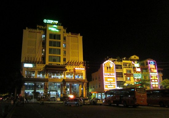 Thien Hai Hotel: Hotel on the left at night; busy square.