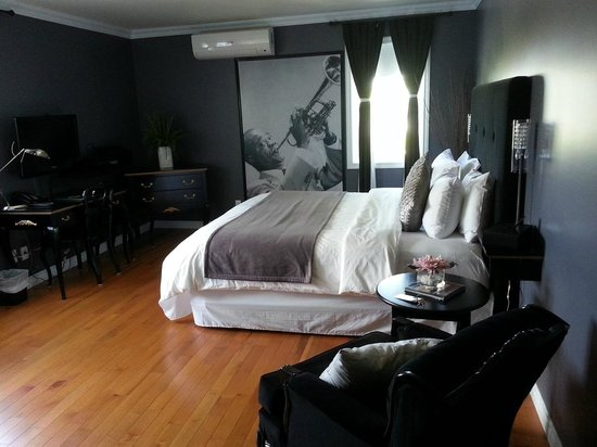 Manoir Becancourt: très grand lit (Chambre JAZZ)