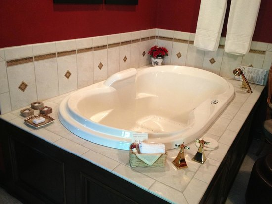The Roost Bed and Breakfast: The Hunt Suite (Private Jacuuzi Tub)