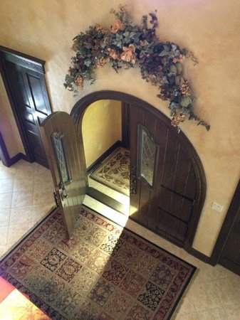 The Roost Bed and Breakfast: View of Entryway from Loft