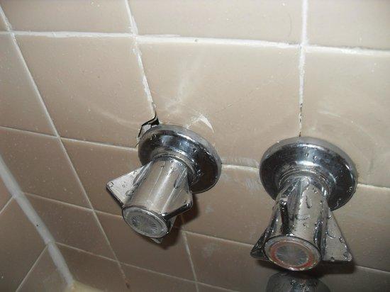 Days Inn Alexandria: chipped tiles