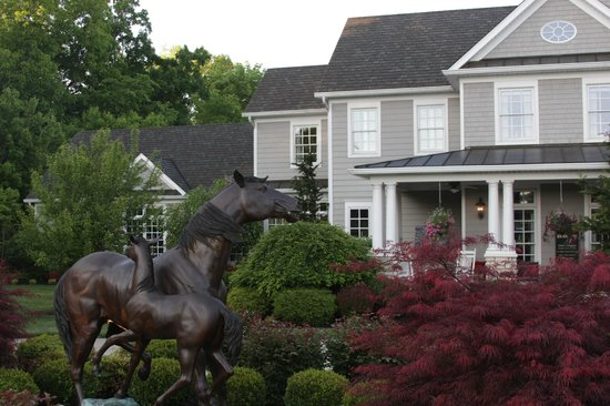 Bluegrass Country Estate : Don't miss the bronze horses in front