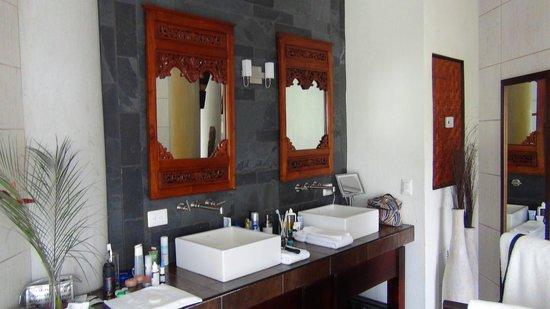 Villa Perezoso : bathroom (no doors)