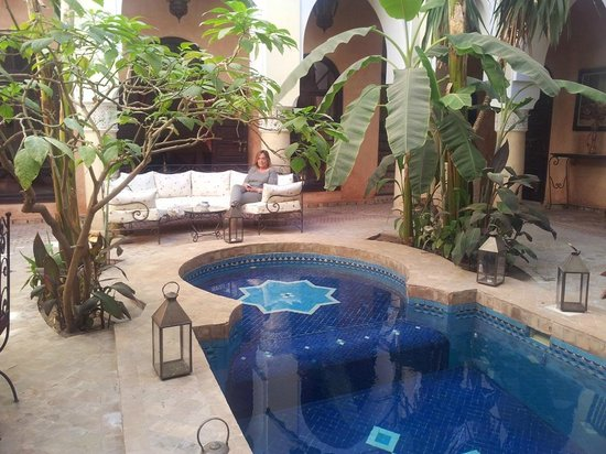 Riad Nabila : patio interno con piscina