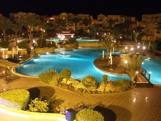 Steigenberger Coraya Beach: pool view at night
