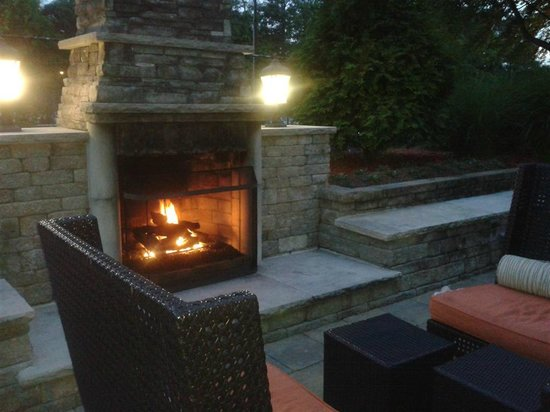 Atlanta Airport Marriott: Fireplace - nice touch