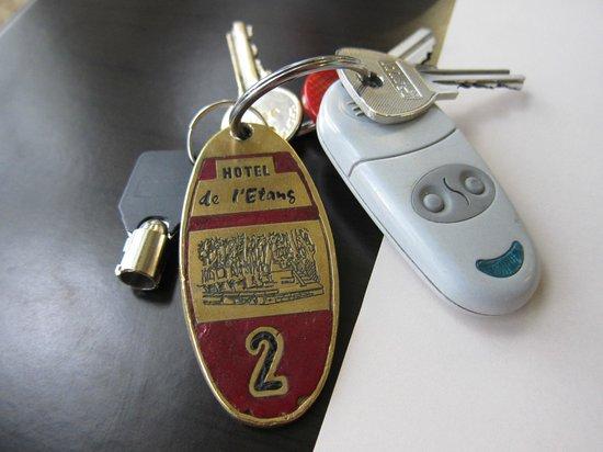 HOTEL DE L'ETANG : ホテルエントランス、部屋、駐車場のカギ