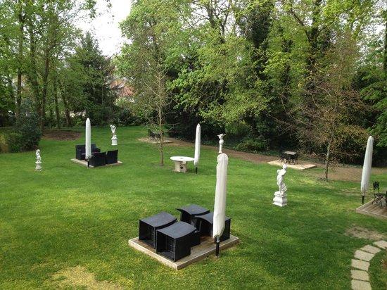 L'Assiette Champenoise: Garden area