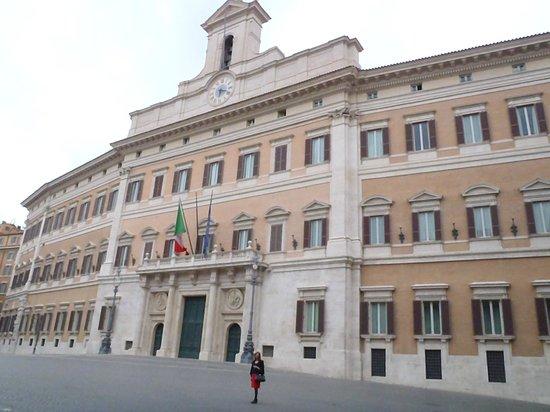 Colonna Palace Hotel: Vista del Parlamento ( Cámara de los Diputados ) de Italia desde la puerta del Hotel