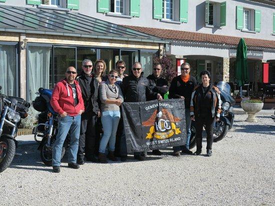 La Chapouliere Hotel : Le HOG Geneva Chapter West Switzerland posant devant la Chapoulière