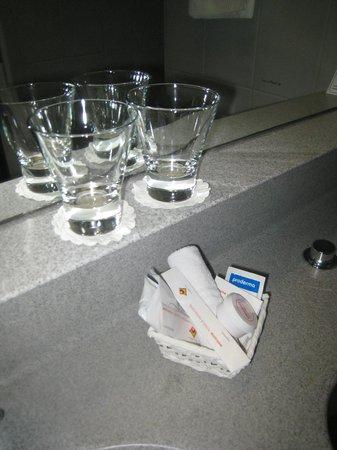 Hotel Fly Away : VERY clean bathroom