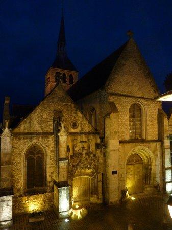 Le Cesar Hotel : église Sainte Croix face à l'hôtel