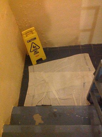 هوليداي أيسل أوشن فرنت ريزورت: Stairwell with standing water