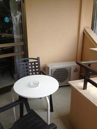 Apartments Flacalco Park: Balkon mit Tisch und zwei Stühlen