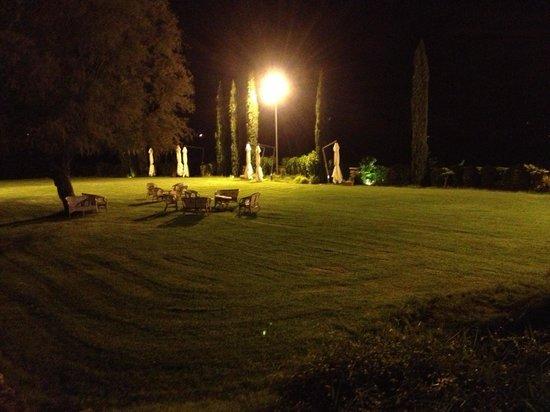Residenza San Pietro Sopra Le Acque: Vista notturna di una zona del parco