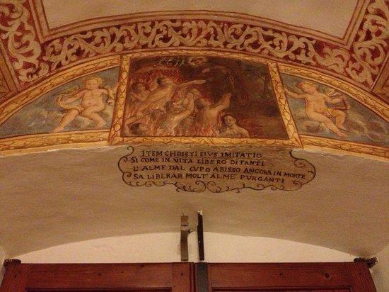 Residenza San Pietro Sopra Le Acque: Uno degli affreschi sopra all'ingresso (dall'interno)