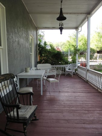 Seven Wives Inn: Front patio