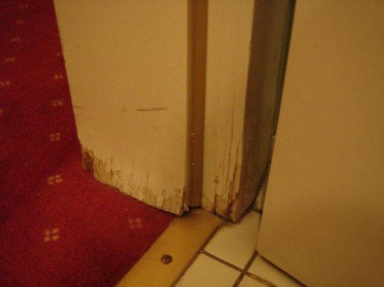 Hotel Aigle d'Or : boiserie entre entrée et salle de bains