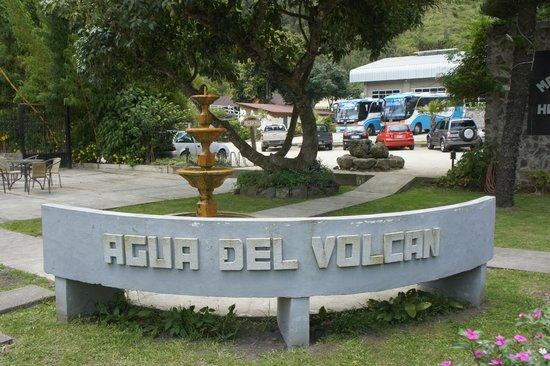 Hotel Monte Selva: Pileta con Agua del Volcan
