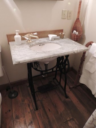 Seven Wives Inn: Jane Attic bathroom