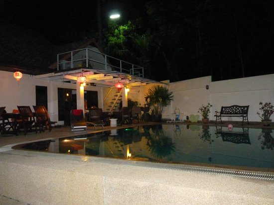 Phuket Gay Homestay - Neramit Hill: Guesthouse at night with pool view