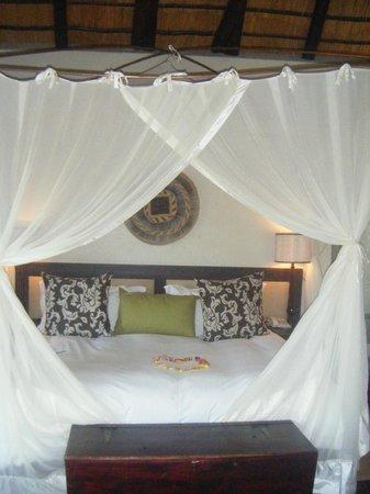 Jock Safari Lodge: Our gorgeous 4 poster bed