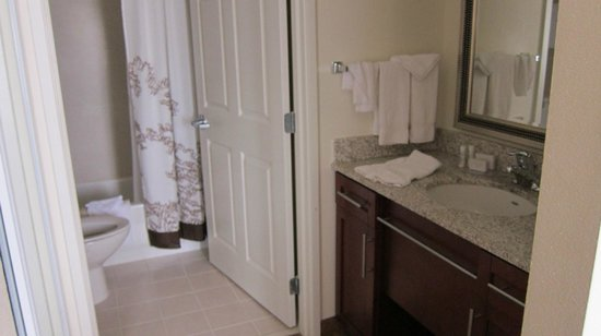 Residence Inn Seattle East/Redmond: Bathroom area