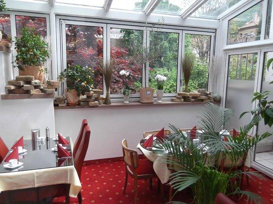 Hotel Goldene Rose: Garden Breakfast Room