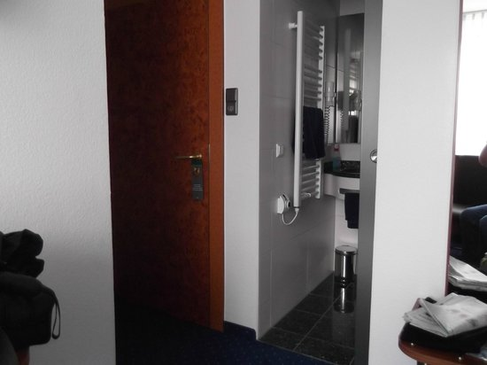 Hotel Goldene Rose: Main door and Bathroom Entry