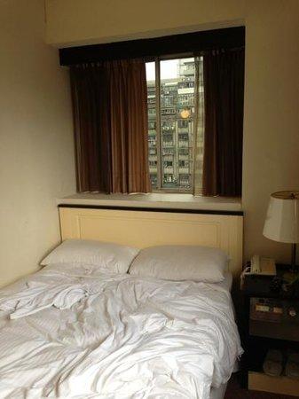 Paradise Hotel: ベッド。使用後なのでぐちゃぐちゃですが、ベッドメイキングはしてくれます。