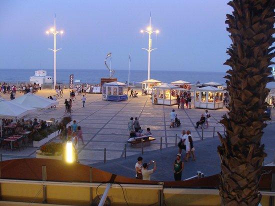 Mar i Cel Hotel: Vue de la chambre sur la place piétonne