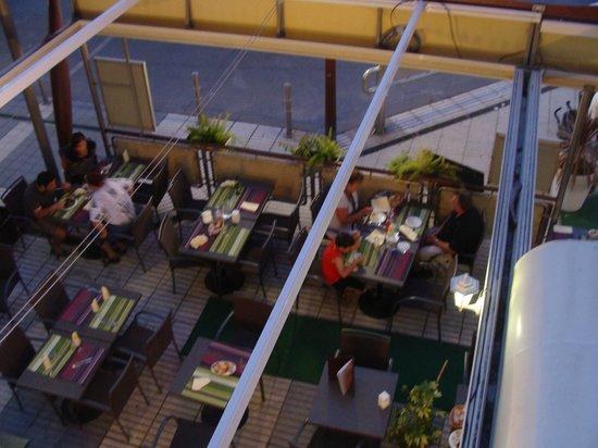 Mar i Cel Hotel : Vue de la chambre sur la partie extérieure du restaurant