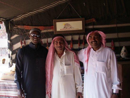 """Rahayeb Desert Camp : Les chefs du camp et Omar (à gauche), le sympathique """"organisateur""""."""