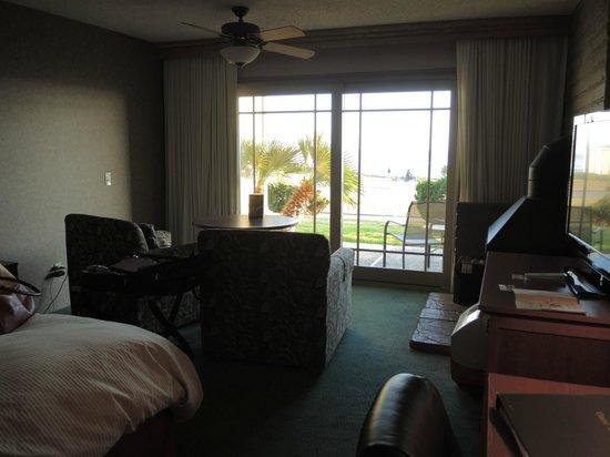 Cavalier Oceanfront Resort: Looking towards patio and ocean view