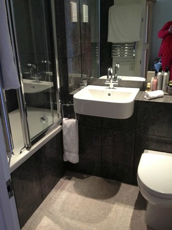 Alexandra Hotel and Restaurant: Nice bathroom, shame about the size.