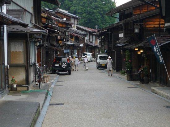 Naraijuku: 道の両側に民家や土産物屋が立ち並びます