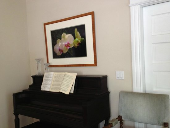 The Inn at 657 : Living room- piano