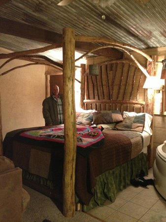 Story Book Cabins: Amazing king size bed