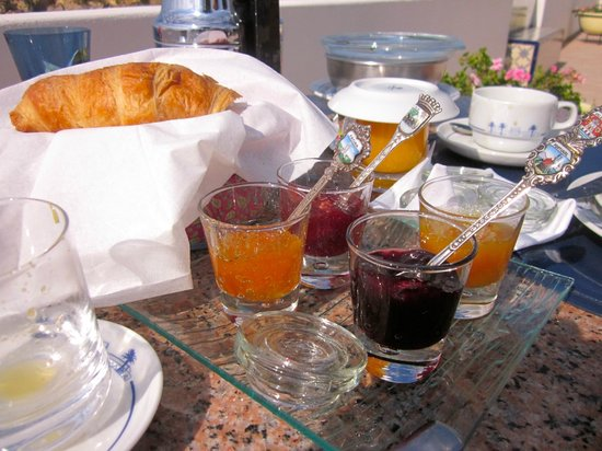 Casa Tres Palmeiras : Breakfast - was with incredible view and Dolly went shopping for exactly what we wanted