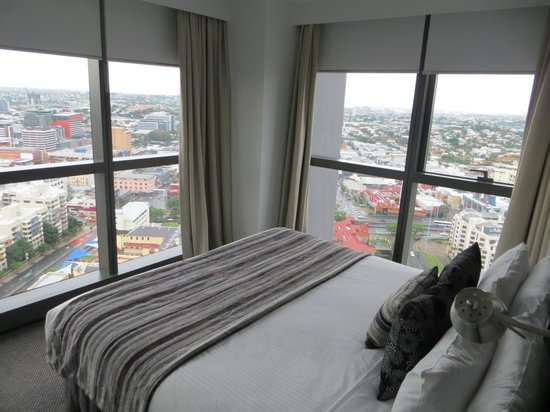 Meriton Serviced Apartments Brisbane on Adelaide Street: bedroom 2 walls floor to ceiling windows