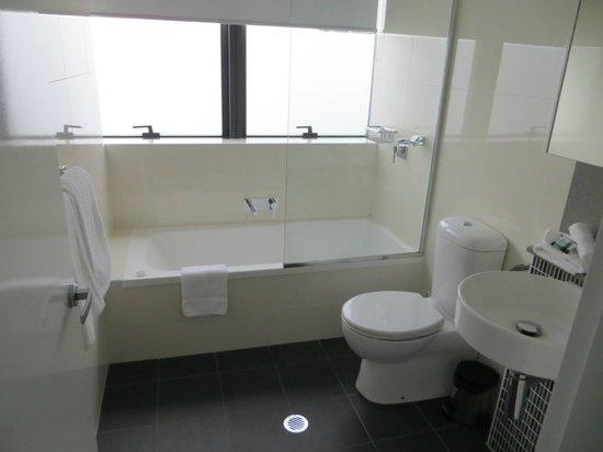 Meriton Serviced Apartments Brisbane on Adelaide Street: bathroom, shower in bath