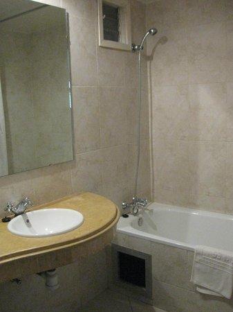 Hotel Rif : Waschbecken mit Badewanne