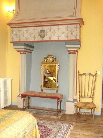 Chateau de Montriou : la cheminée de la chambre au balcon