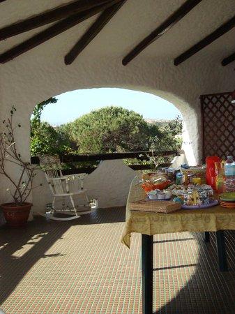 B&B Cala Peticchia: Petit-déj en terrasse